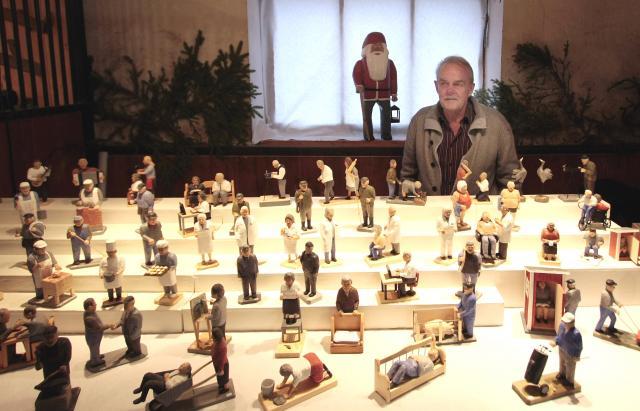 FIGURATIVT. Några få marknadsdagar om året är Leifs främsta kanal utåt. Julmarknaden på Dagsnäs hör till de bästa för hans del och han tycker det är roligt med kommentarerna från publiken.