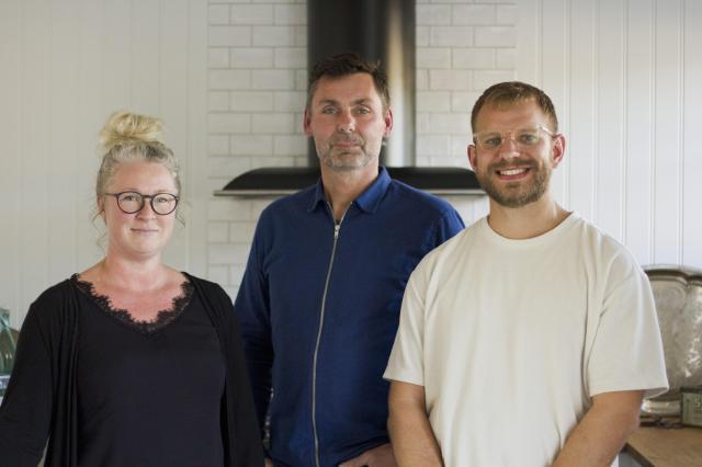 TIDLÖS DESIGN. – Vi på Lindhome kök har en kärlek till tidlös design som lever med huset. Till det svenskt gedigna, till hantverket i alla led, till massivt trä och till noggrannhet, säger Sara Svartvik, Carl-Johan Lindholm och Emil Bladh.