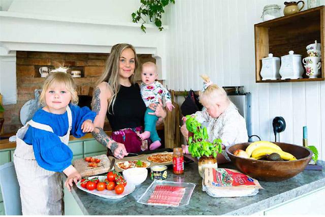 MELLISGOTT. Här blir det tortillapizza som Johanna lagat till med vad huset bjuder på. Jättegott tycker Nikki, Bonnie och Otis.