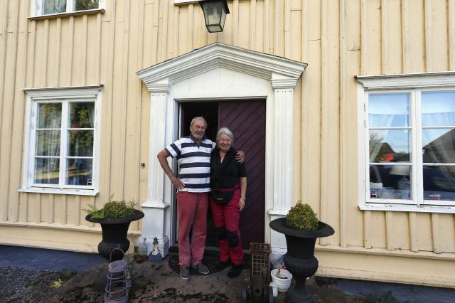 TIDSTYPISKT. – Helst skulle vi ha önskat ett tak över entrédörren när det regnar, men något sådant passar sig inte när ursprunget ska bevaras, så vi får klara oss utan, konstaterar Magnus och Louise Carles.
