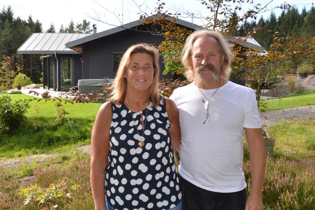 VID STRANDEN. Familjen Carlssons miljösmarta hus ligger fint vid Öxsjöns strandkant.