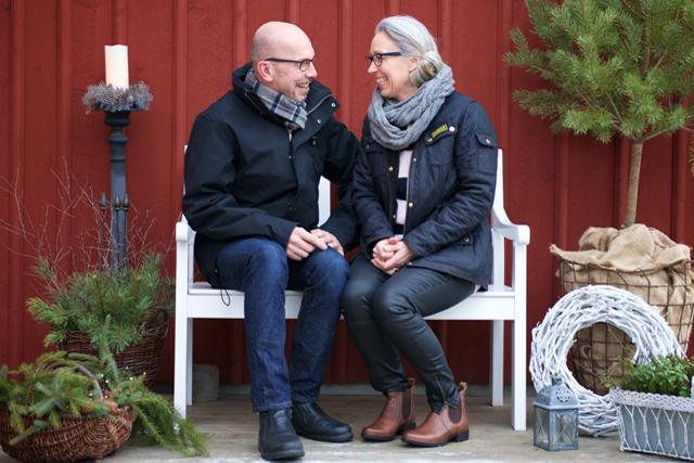 FRUKOST UTE. – Den ljusa årstiden äter Maria och Per frukost utomhus i bersån. Nästan varje dag. Utom när det regnar. Fast nu är det lite för kallt. Så det får bli en annan plats för sittmys ute. Foto Johan Annas, www.diprofoto.se.