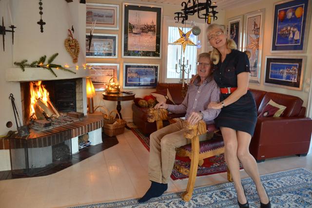 GALLERI. Christer Ramhages stol med lejonarmstöd har ritats av Ariana till hans 50-årsdag. – Hit är alltid intresserade välkomna. Ring först så jag inte öppnar i papiljotter, skrattar Ariana.