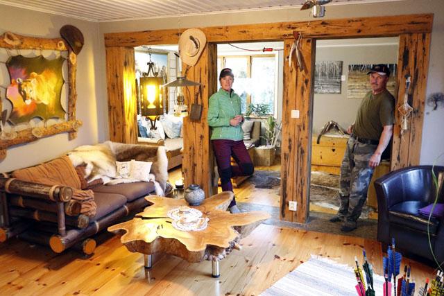 HITFLYTTADE. En vägg i vardagsrummet togs bort för att ge mer luft och ljus inomhus. När Heike och Axel Nuss ändå höll på satte de förstås sin egen prägel på hela miljön där. – Bordet är en enda skiva ek från Tyskland, berättar de.