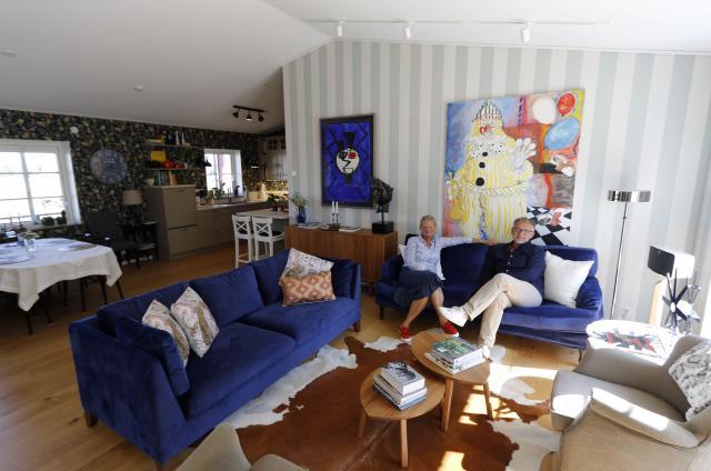 HUSETS HJÄRTA. I det stora sällskapsrummet ville Micke och Suzanne ha gott om plats för gäster och umgänge. Att innertaket går ända upp till nock bidrar till det luftiga intrycket.