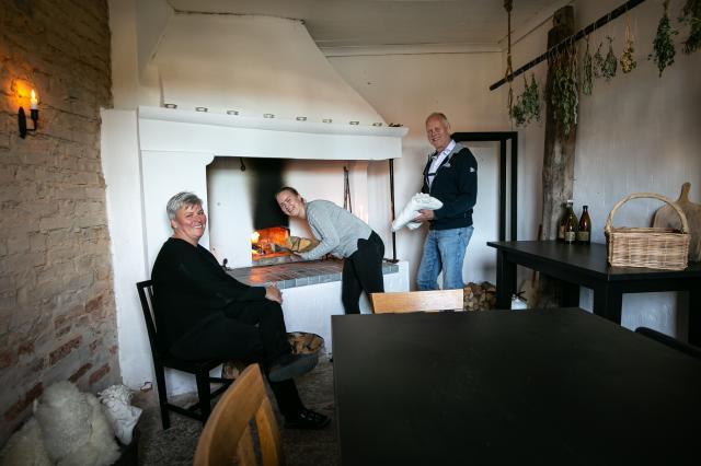 BAKTSTUGA.En gång i tiden användes spisen med ugn som bakstuga i tingshuset i Skärv. Skorsten och ugn som i stort sett bara var i ruiner renoverades och nu bakar Mia, Viktoria och Sverker godaste pizzorna här.