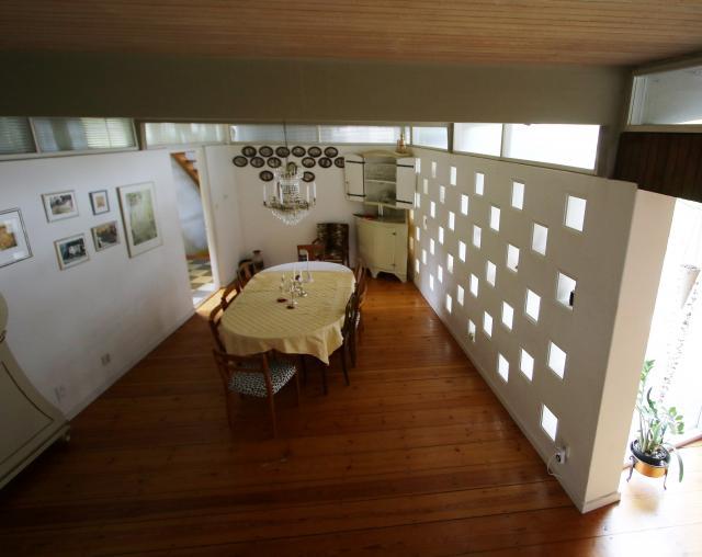 FOKUS MAT. Kök, serveringsrum och entré utgör en separat zon som omsluter matsalen. I denna ska man inte störas av intryck utifrån, resonerade Erskine. Därför blev det ljusinsläpp istället för fönster i väggen mot trädgården.