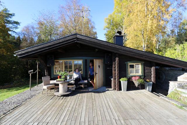 RYMLIGT. Lena och Joakim Därths hus smälter fint in i omgivningarna och att det är betydligt större under än ovan jord kan man inte ana utifrån.
