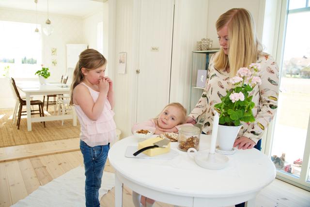 KÄR PLATS. – Runt detta rangliga favoritbord samlas familjen på mornarna, säger Josefin Spira som bor i huset med Kristoffer, Greta och Elsa. Foto Johan Annas, www.diprofoto.se