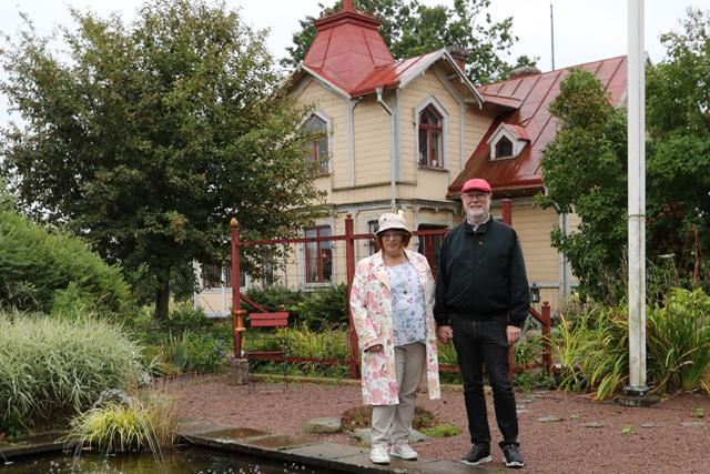 TINNAR & TORN. Kyrkobyggare Hallander tog sannolikt inspiration från stadsvillorna i Hjo när han 1887 byggde detta till sig själv. 1994 köpte Anita och Erik Boij drömhuset.