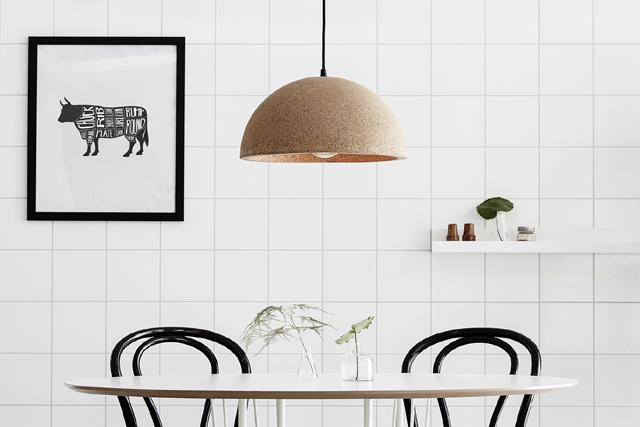 INDUSTRIELL KÄNSLA.Industriell inredning med vitt kakel går hem när svenskarna inreder sina hem i framtiden. Foto Markslöjd, lampa Cork.