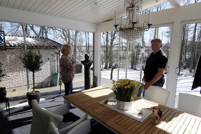 UTERUM. Från sin stora glasveranda på Ingelsby gård har Lena och Per-Arne en härlig utsikt över den omgivande naturen som är full av fågelliv och småvilt.