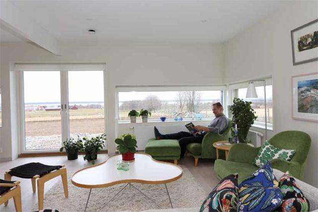 AVKOPPLING. Utsikten över vidderna och Hornborgasjön syns först när man sitter ned. – Vi gillar den här typen av fönster, säger Börje Falemo. Den rätta höjden mätte vi fram med hjälp av tejpremsor på fönstren i vårt förra hus i Skara.