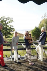 UTSIKT. I slutet på 80-talet tillkom en andravåning med tillhörande balkong.- Vi använder den nästan aldrig, konstaterar Göran och Helena, här tillsammans med dottern Linnéa och hennes kompis Alexandra.