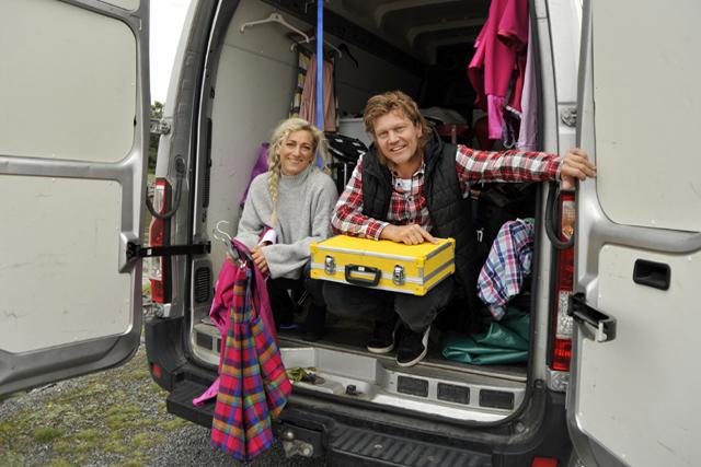 FULLPACKAT. Paret Joakim Assarsson och Karin Odermatt bor i sin turnébuss en stor del av året.