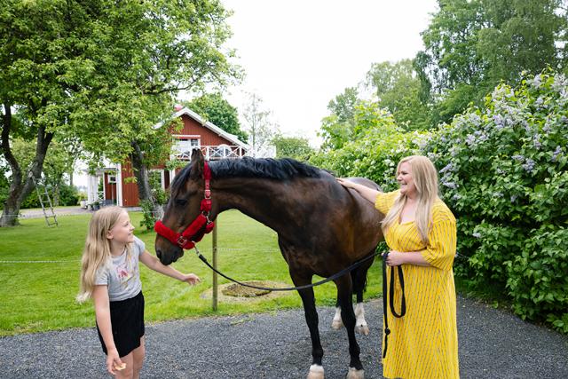 FRITIDSINTRESSE. På Västergården i Gillstad kyrkby finns två hästar i stallet som har gott om betesplats i hagarna utanför. Här är hästen Fortuna tillsammans med Michaela och dottern Linnea.