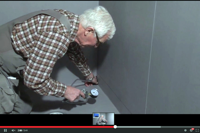 FÖREBYGG VATTENSKADOR. Länskontrollant Guy Wallin genomför en kontroll av de kritiska punkterna i en badrumsinstallation. <span style=\