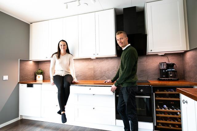 NYRENOVERAT KÖK. – Det är en väldigt stor skillnad på kostnaden för ett nytt kök och för ett som är ytskiktsrenoverat. Men känslan blir ändå att köket är nytt, säger Erik Österplan på Tibro Colorama som precis fixat till sitt eget kök tillsammans med sambon Elise Stjärnås.
