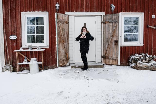 STUGAN. Här råder stillheten. De gamla portarna bakom Lena Strömberg har fått vara kvar för både charmen och värmen.