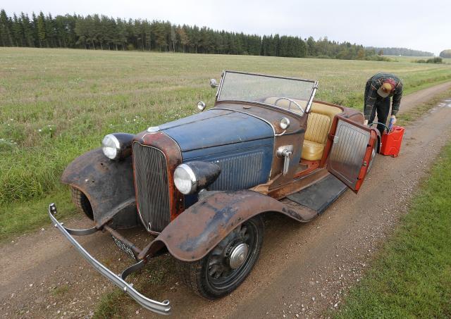 TÖRSTIG? Dags att fylla på igen! Helt klart gillar den här bilen bensin.