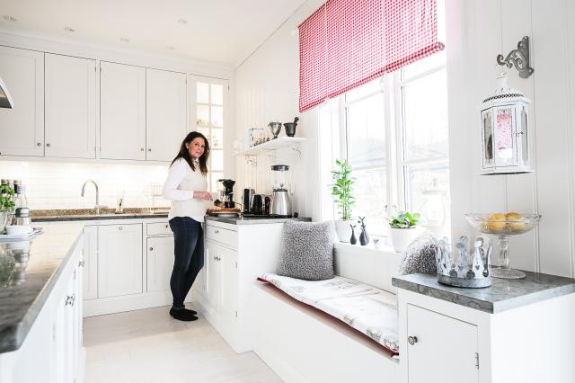 FAVORITSTÄLLE. I det generösa köket är det lätt att umgås under tiden maten förbereds. På sittbänken som stod högt på Malins önskelista dricker hon gärna sitt morgonkaffe.
