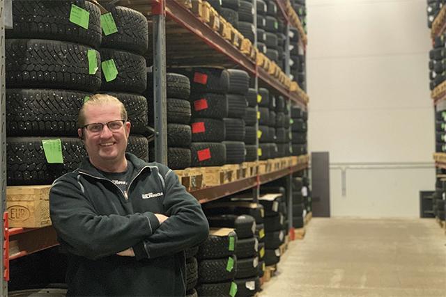 SÄKERHET I VINTERVÄGLAG. – Skövde Bilringar startade som en däckverkstad och har idag mer än 50 års erfarenhet av däck. Företaget är idag dessutom en fullserviceverkstad som också gärna hjälper till med allt annat som rör din bil, säger Johan Günthner på Skövde Bilringar.