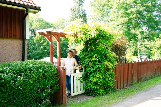 INBJUDANDE. Sibylle Wolf och Mats Gustafssons fina trädgård är omgiven av olika häckväxter och ett rödmålat staket. Vid grinden växer en klätterhortensia.
