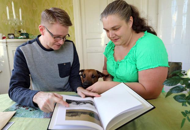 """SVT. När tv:s """"Det sitter i väggarna"""" tog sig an Mikael och Elins jugendvilla togs bland annat en bok med husets historia fram. – Det var då vi fick veta att det var slaktaren Fritz Karlsson som hade byggt det. Hittehunden Julie delar deras intresse för historia."""