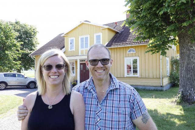 """ÄNDRAT SIG. """"Aldrig att jag bor på landet"""" sade Åsa Blomqvist. Men Mattias tyckte att de väl ändå kunde titta på huset. – Nu både bor och jobbar hon här, säger Mattias och ler."""