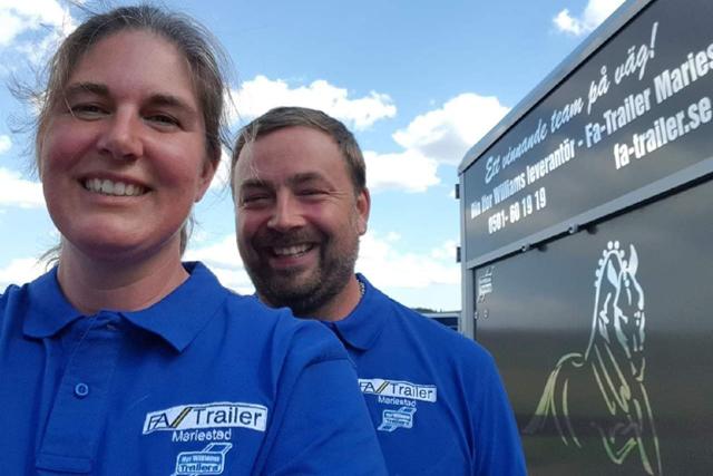 HÄSTÄLSKARE. - Det är vår passion för hästar och vår önskan att dessa ska färdas så komfortabelt och säkert som möjligt som driver oss och FA-Trailer, säger Sofia och Andreas Forsström.