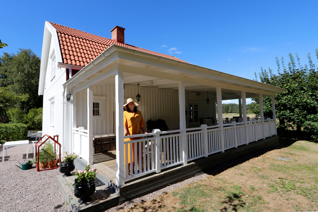 RENOVERAT. Den jättelika verandan är idag Svanängens mest utmärkande särdrag. – Här ute äter vi i stort sett alla måltider under sommarmånaderna, berättar Anna Stenberg.