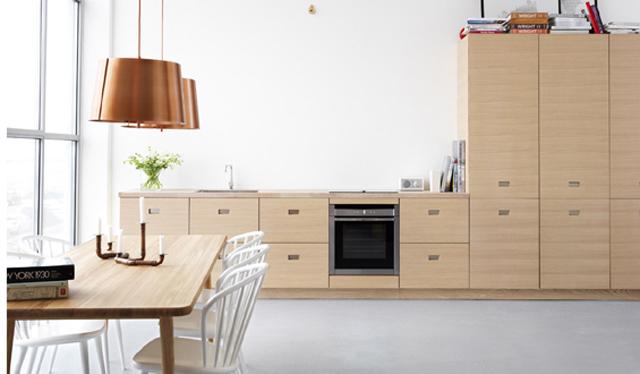 SPARSMAKAT OCH GLAMMIGT.Just nu ser vi mycket naturlig träkänsla i trendig design. Gärna i kombination med koppar och mässing i accenterna trots en i övrigt minimalistisk stil. Ballingslövs sparsmakade kök Magnum är designat i samarbete med formgivaren Jonas Lindvall och finns numera i vitpigmenterad ek.