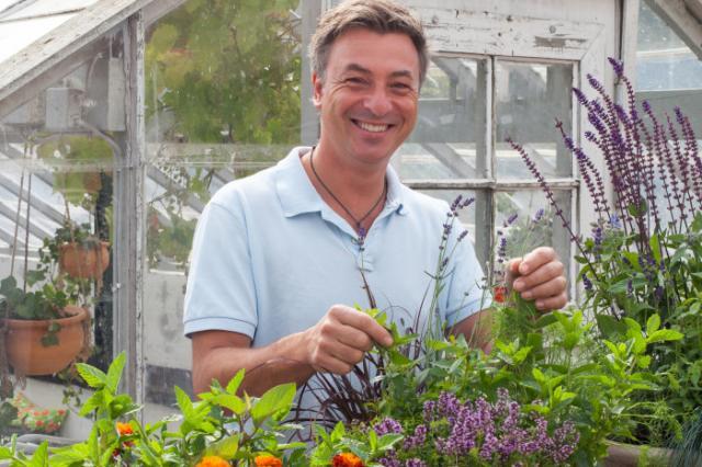 VÄLKÄND. Kocken Tareq Taylor gillar mat och växter som är ätbara. Foto Blomsterfrämjadet.