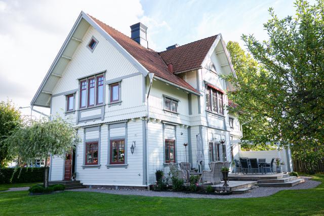 HISTORISKT.Med en placering mitt i byn är det svårt att undgå det gamla stationshuset som påminner om Timmersdalas järnväg.Sedan 2017 bor Madeleine och Sören Gunnarsson här.
