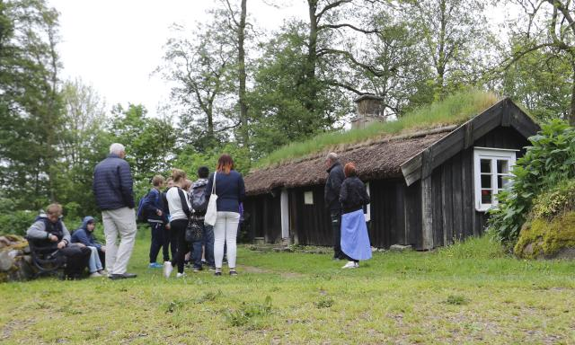 MODERNARE. Under 1800-talet vann modernare byggtekniker framsteg. Då ersatte reglade stommar den gamla korsvirkestekniken. Samtidigt vann falu rödfärg terräng, liksom tegel på taket.