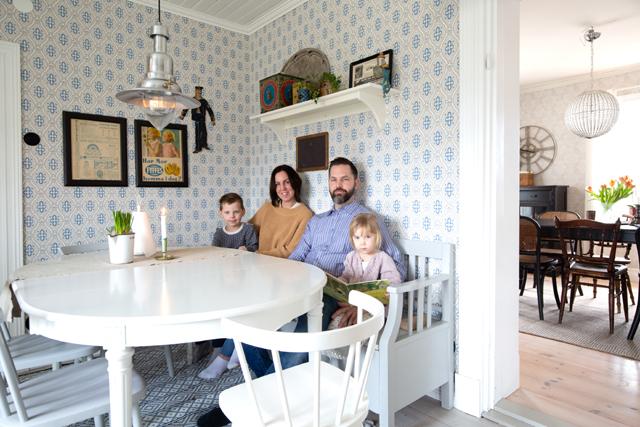 FAMILJEN.Här vid matplatsen dukar Malin och Richard gärna upp både middag och fika tillsammans med barnen Eskil och Elsa. I bakgrunden ses den lite större matsalen.