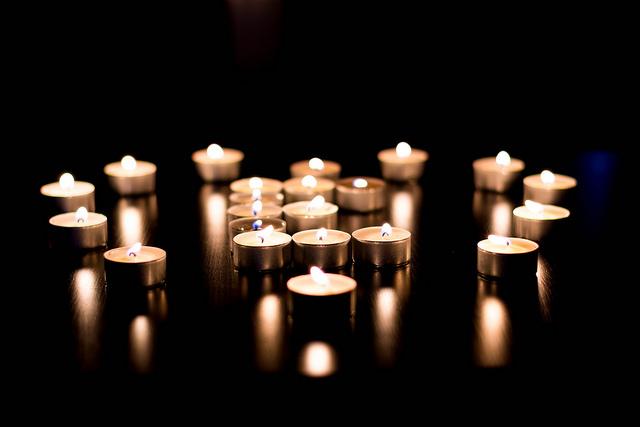 EN CYKEL SEN? Återvinn dina värmeljuskoppar av aluminium men glöm inte att ta bort ljushållaren. Foto Fredrik Alpstedt, Flickr.