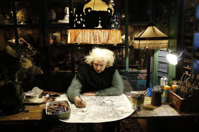 UPPSKATTAD KONST. Med huset färdigt kan Layla Salm ägna all kraft åt sin mer traditionella konst. Här tar nästa verk form. – Det har väl blivit omkring tusen tavlor hittills. Konsten går alltid först, säger hon.