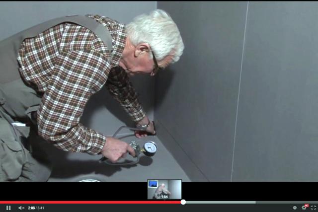 F&Ouml;REBYGG VATTENSKADOR. Länskontrollant Guy Wallin genomför en kontroll av de kritiska punkterna i en badrumsinstallation. <span style=\