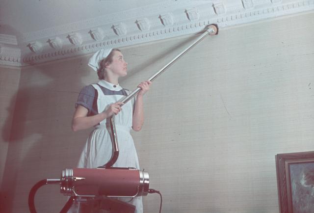 PRECIS SOM FÖRR. Effektivaste sättet att få fatt i kringflygande daggflugor är att jaga dem med dammsugaren. Foto Nordiska museet.
