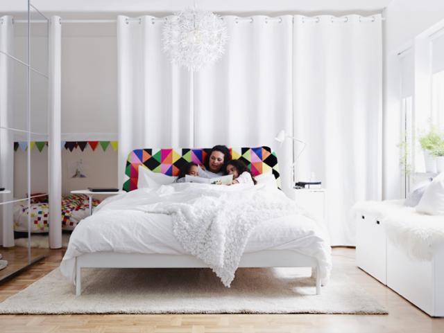 DRAPERI. Dölj kläder eller andra grejor bakom rejält draperi. Enkelt att dra för och som gömmer det mesta. Foto IKEA.