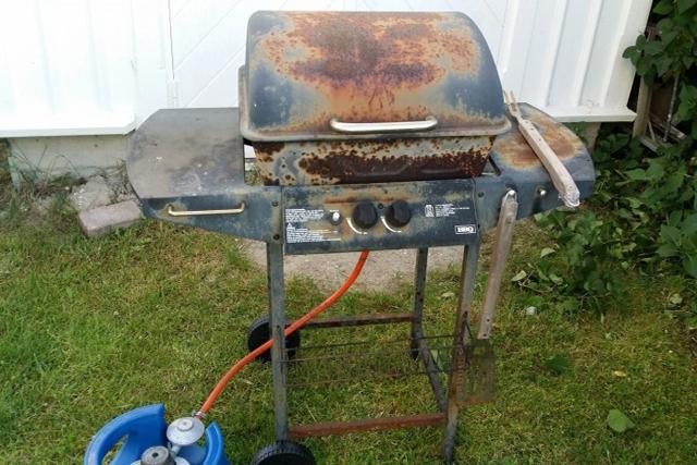 UNDVIK ROSTIG MAT. Kolla över din gasolgrill om du riskerar korv med grillrost.Källa Newswire.
