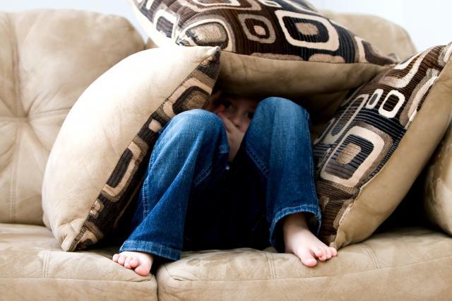 BARNEN VET. Tro inget annat. Vart 10 barn har någon gång upplevt pappas våld mot mamma.