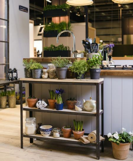 ÖPPEN FÖRVARING. Liten extra arbetsbänk och kryddhylla på samma gång. Okonventionell möblering hör trendiga köket till.