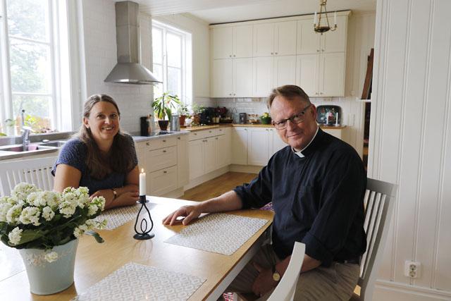 DOMPROSTGÅRDEN. – Huset har renoverats varsamt genom åren. Att den gamla pigkammaren och serveringsgången fått ge plats för ett rymligt och modernt kök är ingen nackdel precis, konstaterar Anneli och Robert Lorentzon.