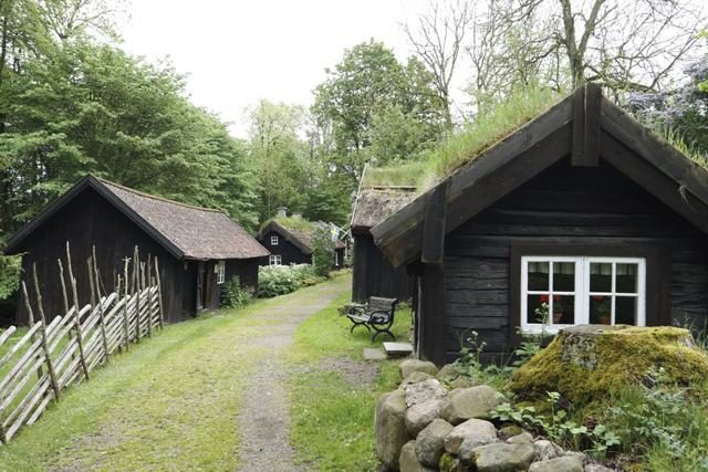 """BOSTÄDER FRÅN FÖRR. I Åsle Tå, i Åslesänkan nedanför Ålleberg och Karleby, finns landets enda bevarade """"backstuområde"""" och husen står där de alltid har stått.- Så det var så här folk bodde förr…"""